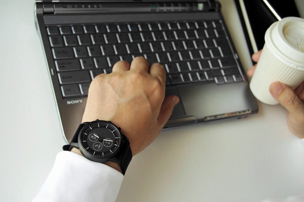 FOSSIL FTW7010 ハイブリッド HR ビジネスシーンイメージ